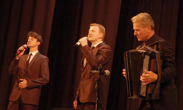 Олександр і Павло Дасюки зі своїм клишнім учителем Борисом Лободюком