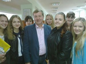 Микола Гриценко зі студентками ЧНПУ, 2015